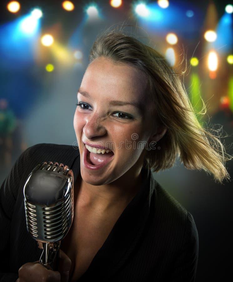 Retrato do close-up do cantor da mulher fotos de stock royalty free