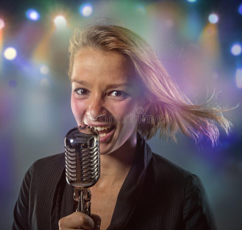 Retrato do close-up do cantor da mulher fotografia de stock