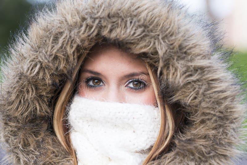 Retrato do close up do estilo de vida bonito do inverno da jovem mulher imagens de stock royalty free