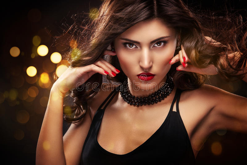 Retrato do close-up do estilo de Vogue da mulher bonita Cabelo moreno encaracolado longo no fundo preto com luzes Valentim do St imagens de stock royalty free