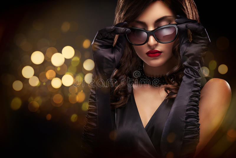 Retrato do close-up do estilo de Vogue da mulher bonita Cabelo moreno encaracolado longo no fundo preto com luzes Valentim do St imagem de stock royalty free