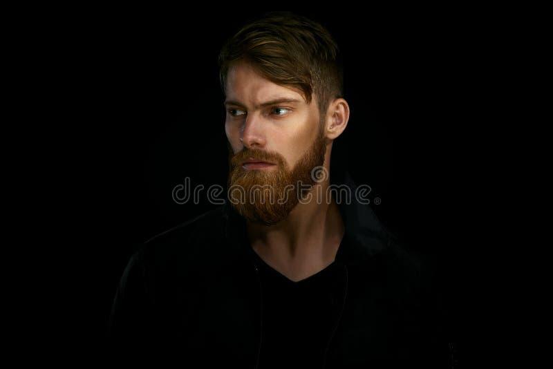 Retrato do close up do homem considerável farpado em um looki pensativo do humor fotos de stock
