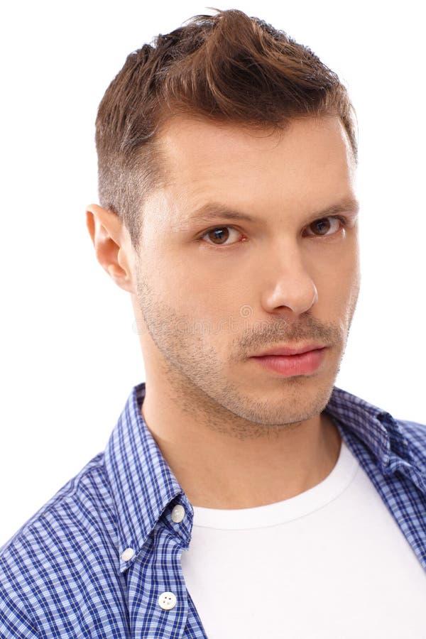 Retrato do close up do homem novo sério fotos de stock