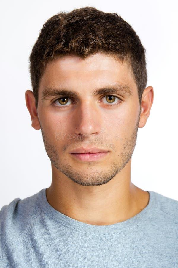 Retrato do close up do homem novo sério foto de stock