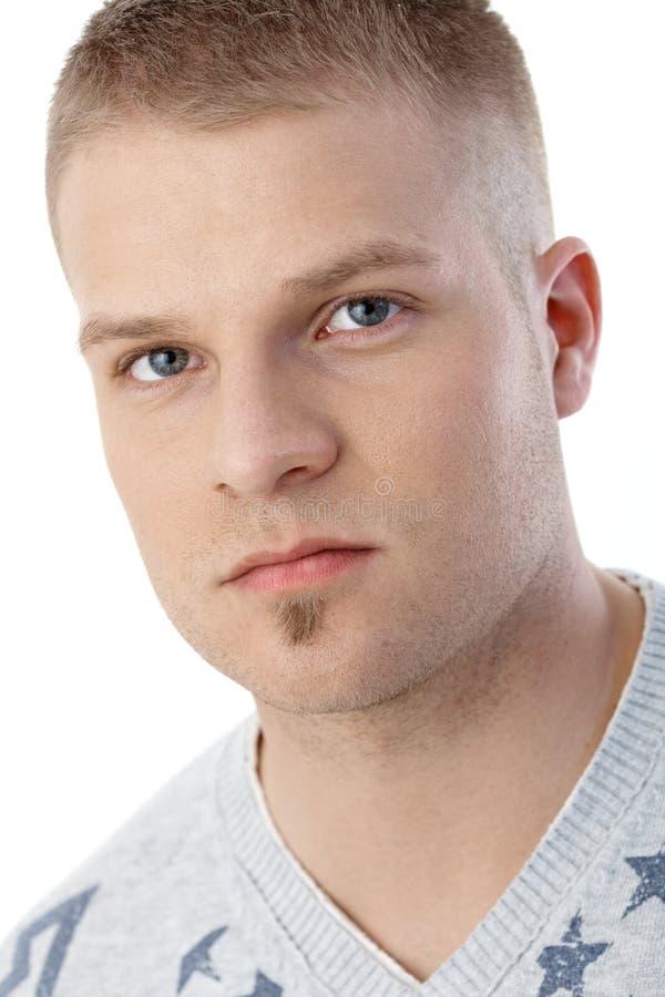 Retrato do close up do homem sério novo foto de stock royalty free