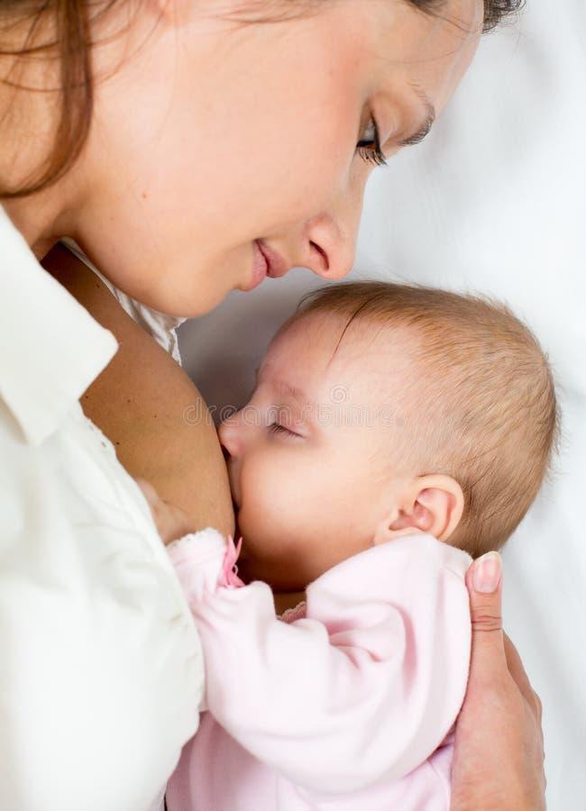Retrato do Close-up do infante e da mamã do bebê do suckling fotografia de stock royalty free