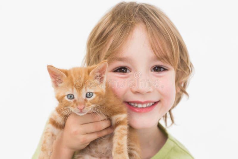 Retrato do close-up do menino bonito que guarda o gatinho foto de stock royalty free