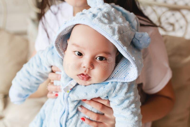 Retrato do close-up do menino caucasiano asiático recém-nascido da raça misturada do bebê de dois meses Iluminação interna natura fotografia de stock