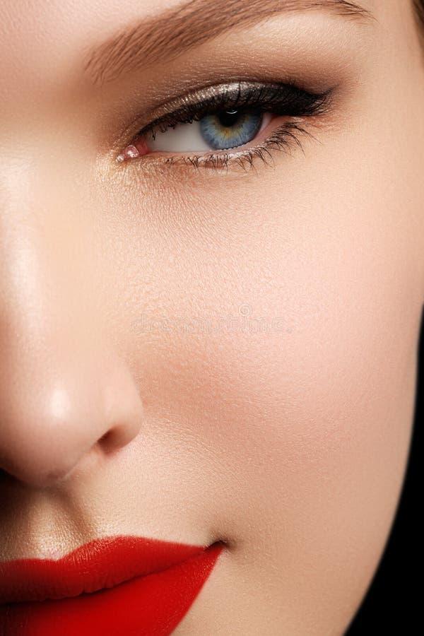 Retrato do close-up do modelo caucasiano 'sexy' da jovem mulher com glamo imagens de stock royalty free