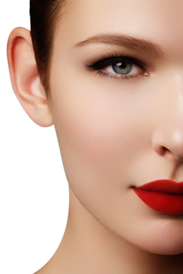 Retrato do close-up do modelo caucasiano 'sexy' da jovem mulher com glamo fotografia de stock