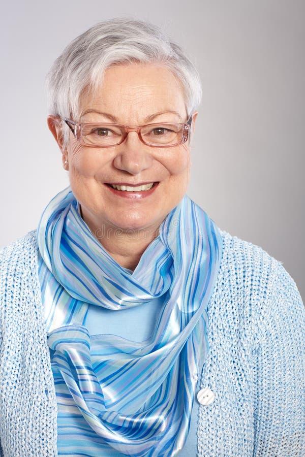 Retrato do close up do sorriso maduro da mulher imagem de stock