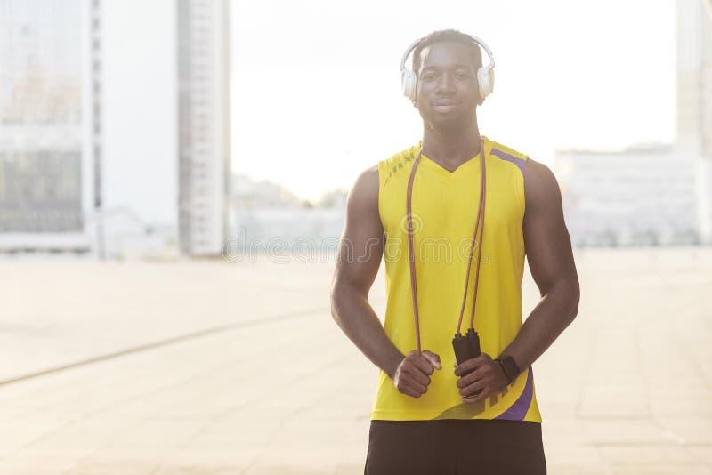 Retrato do close up do homem afro desportivo considerável que guarda a corda de salto imagens de stock