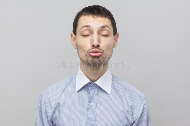 Retrato do close up do homem de negócios considerável engraçado da cerda na luz clássica - posição azul da camisa com olhos fecha foto de stock