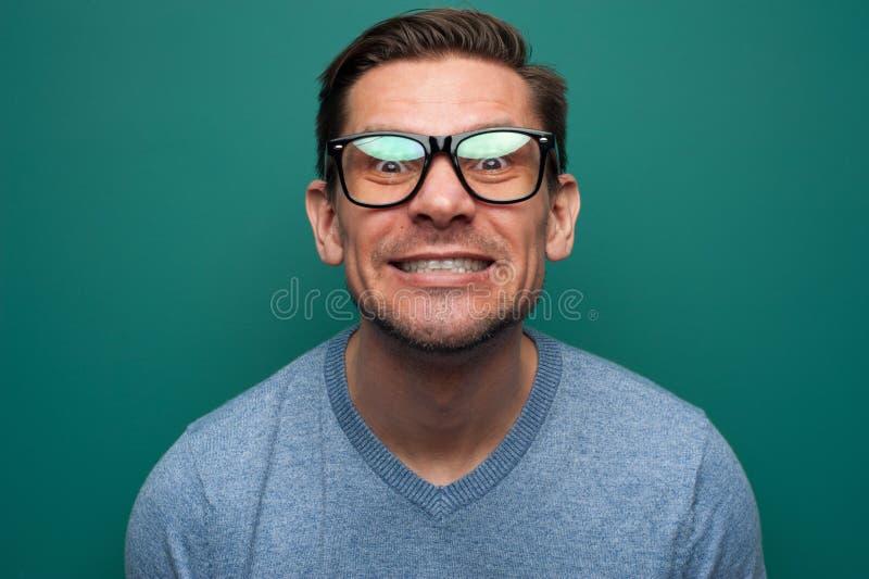 Retrato do close-up do homem novo expressivo positivo fotos de stock royalty free
