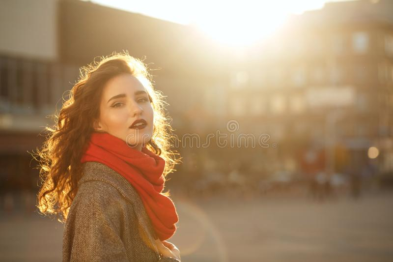 Retrato do close up do modelo moreno à moda com o weari do cabelo encaracolado fotos de stock royalty free