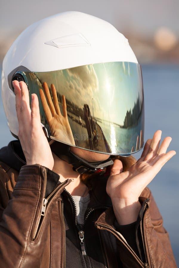 Retrato do close-up do motociclista fêmea europeu irreconhecível com o capacete aberto branco da cara com a viseira matizada espe foto de stock royalty free