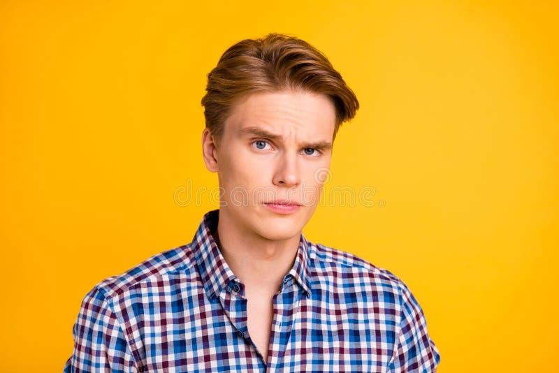 Retrato do close-up do seu ele queolha o indivíduo nervoso preocupado atrativo que veste o sinal verificado da exibição da camisa imagem de stock royalty free