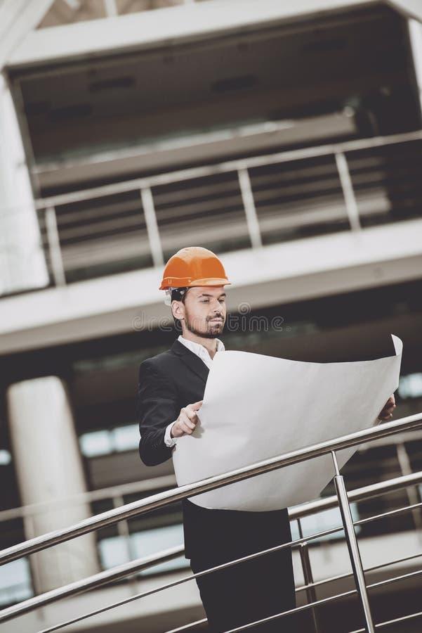 Retrato do colaborador no capacete de segurança perto da construção fotografia de stock royalty free