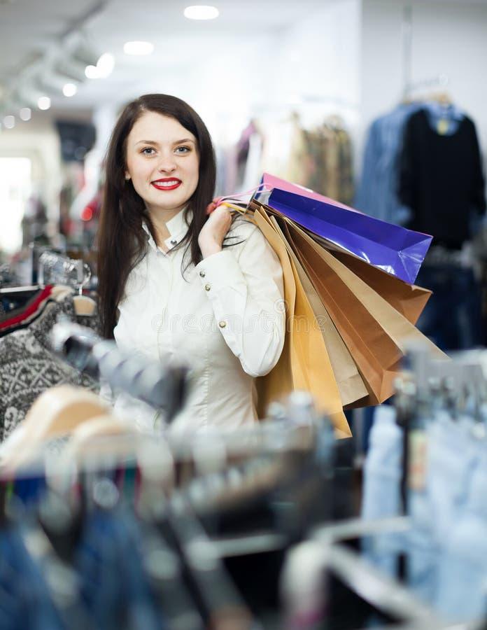 Retrato do comprador fêmea alegre foto de stock