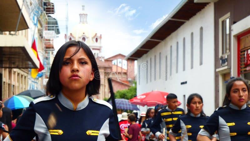 Retrato do condutor da música da menina da banda escolar na parada, Equador foto de stock