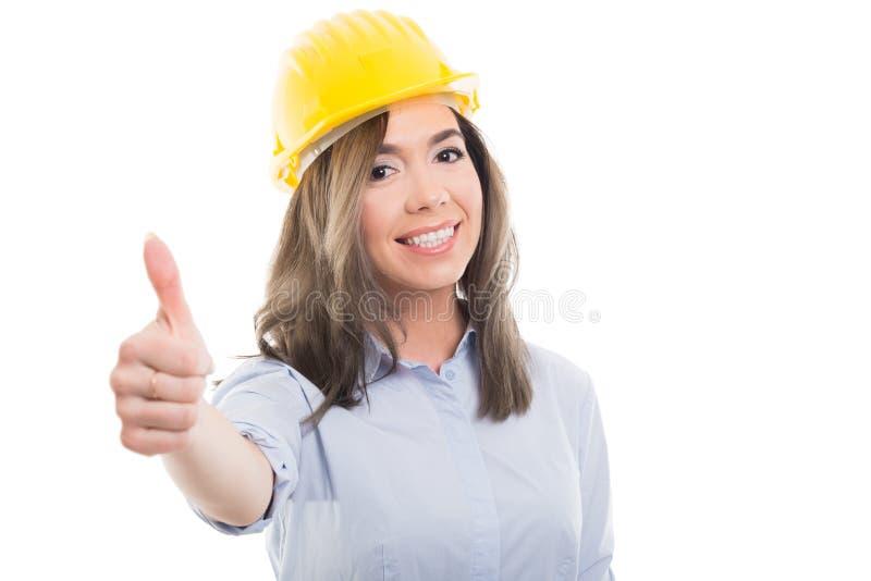 Retrato do construtor fêmea que mostra como o gesto foto de stock