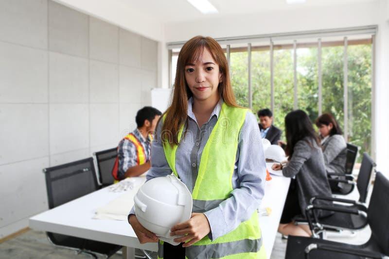 Retrato do coordenador fêmea asiático do contratante na sala de reunião Em imagens de stock royalty free