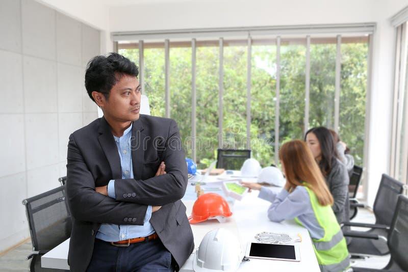 Retrato do coordenador masculino asiático do contratante na sala de reunião em t fotos de stock