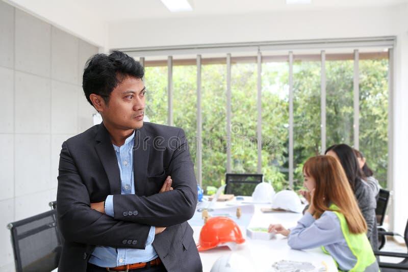 Retrato do coordenador masculino asiático do contratante na sala de reunião em t imagens de stock