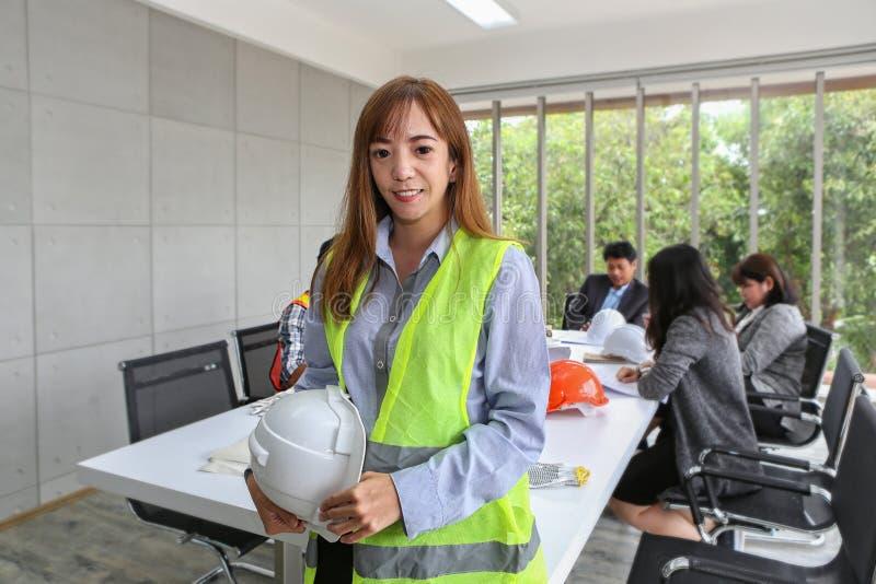 Retrato do coordenador masculino asiático do contratante na sala de reunião no escritório Carpinteiro dos eletricistas ou operate fotos de stock