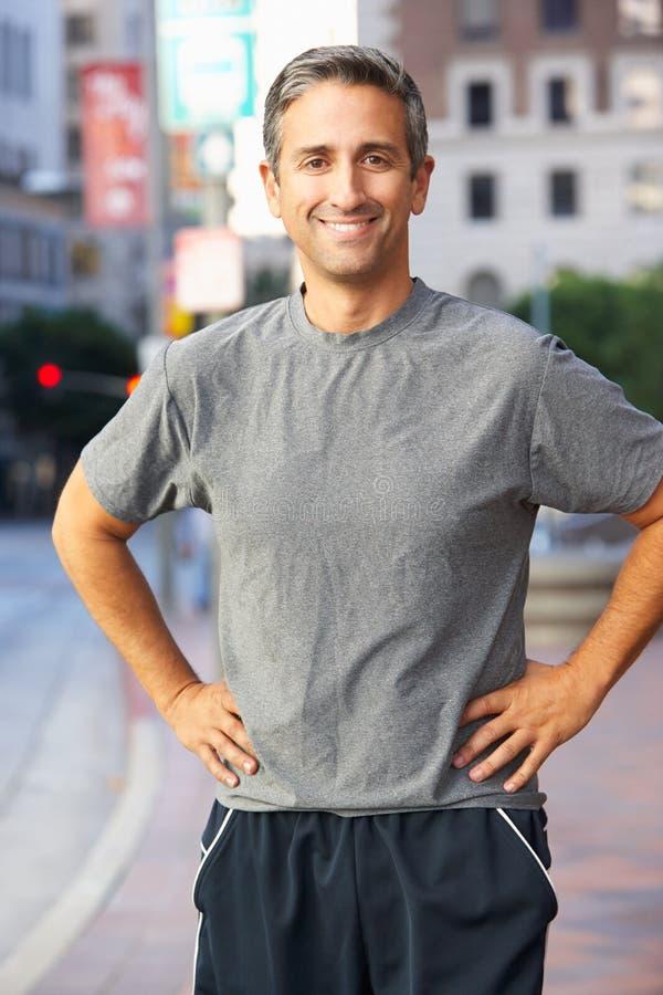 Retrato do corredor masculino na rua urbana foto de stock