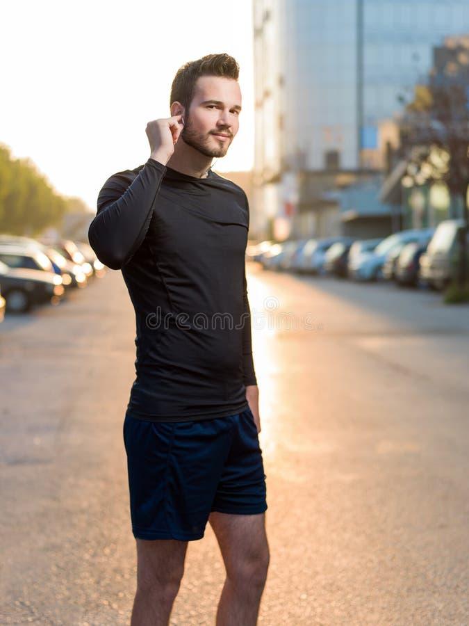 Retrato do corredor masculino na rua urbana fotografia de stock