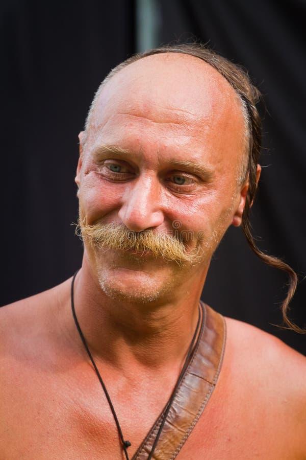 Retrato do cossack de Zaporozhian Sich, kharakternyk do kozak, com bigode e sorriso do corte de cabelo dos oseledets fotos de stock