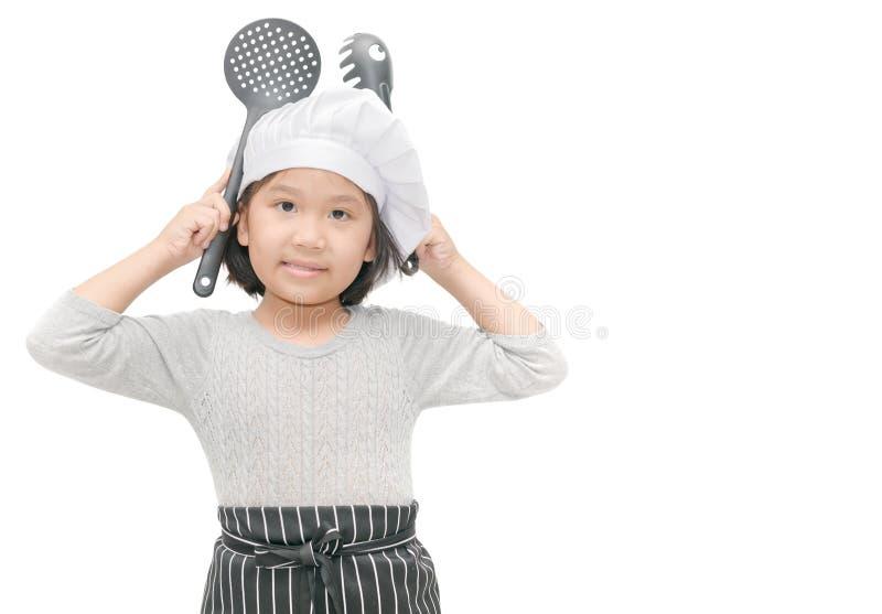 Retrato do cozinheiro chefe bonito da menina com chapéu e avental do cozinheiro imagens de stock royalty free