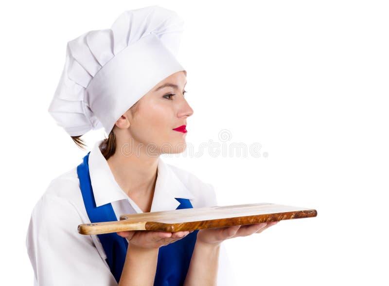 Retrato do cozinheiro chefe de sorriso da mulher com placa de corte imagens de stock
