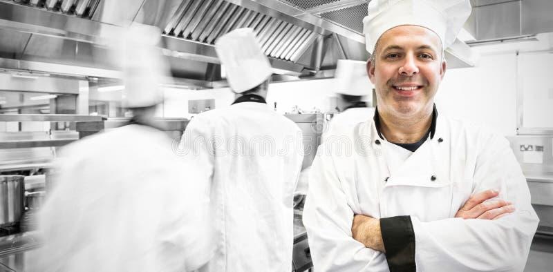 Retrato do cozinheiro chefe principal que levanta orgulhosamente na cozinha fotos de stock