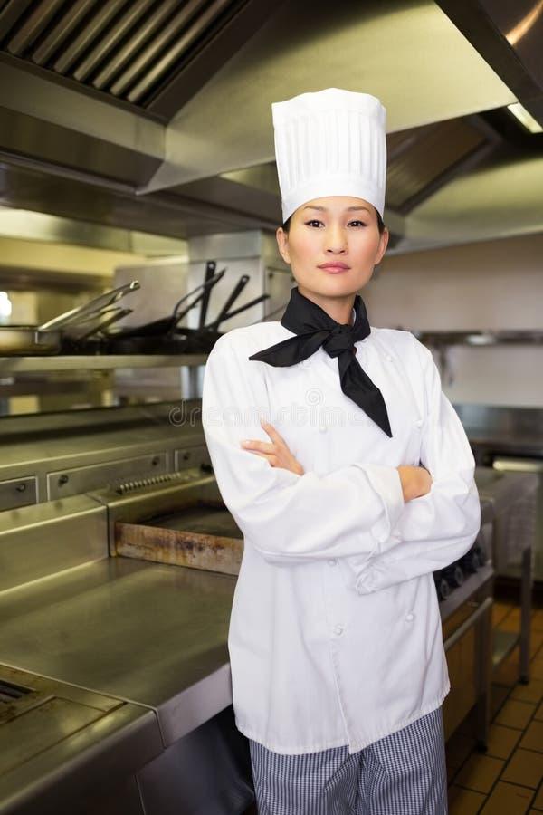 Retrato do cozinheiro fêmea seguro na cozinha fotos de stock