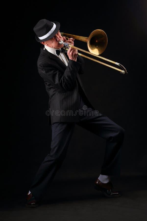 Retrato do crescimento de um músico idoso com um trombone imagens de stock