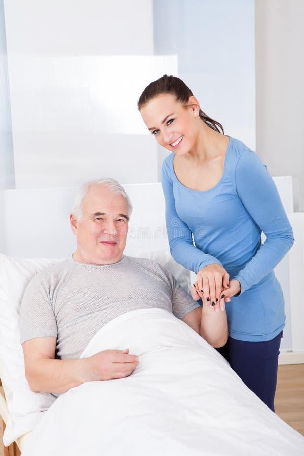 Retrato do cuidador feliz com homem superior fotos de stock royalty free