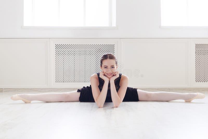 Retrato do dançarino do balé clássico no salão dansing branco imagens de stock
