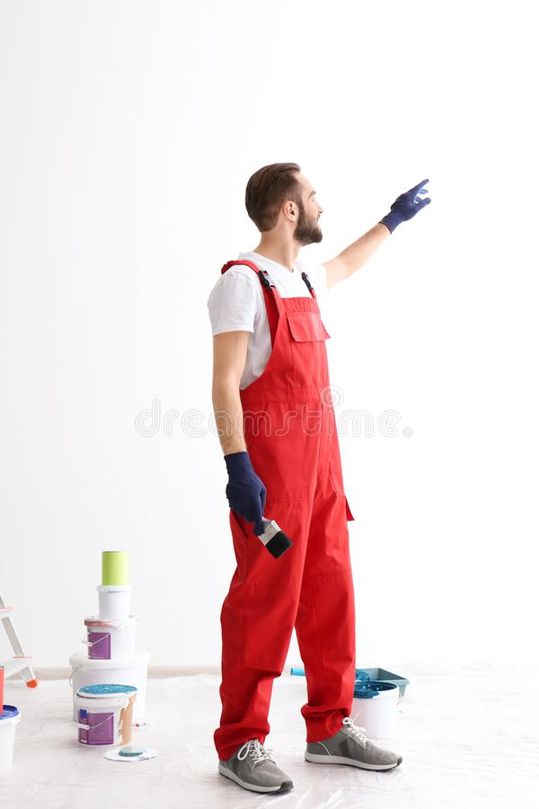 Retrato do decorador masculino com escova imagem de stock