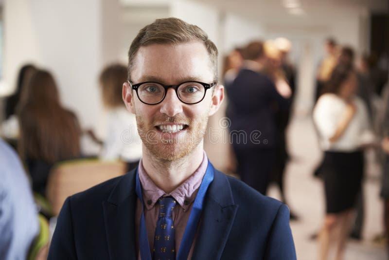 Retrato do delegado masculino durante a ruptura na conferência fotografia de stock
