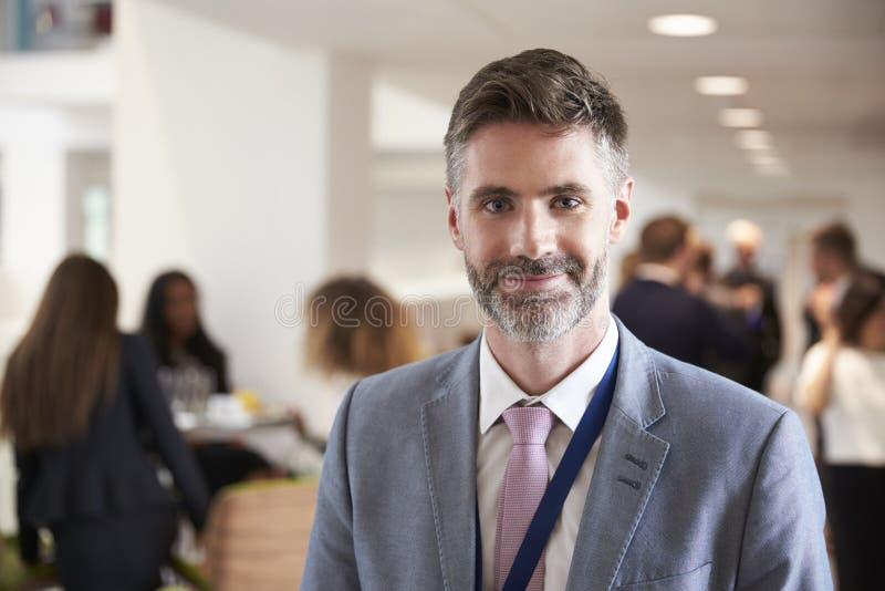 Retrato do delegado masculino durante a ruptura na conferência fotos de stock