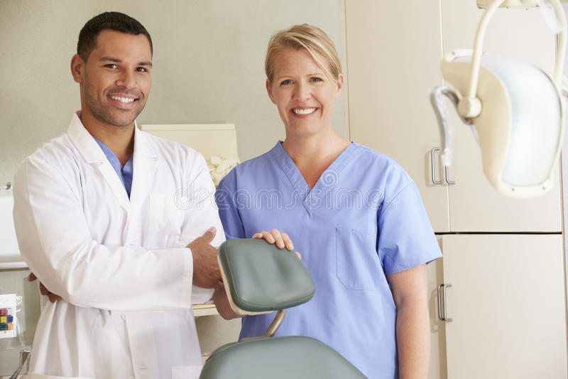 Retrato do dentista And Dental Nurse na cirurgia imagens de stock