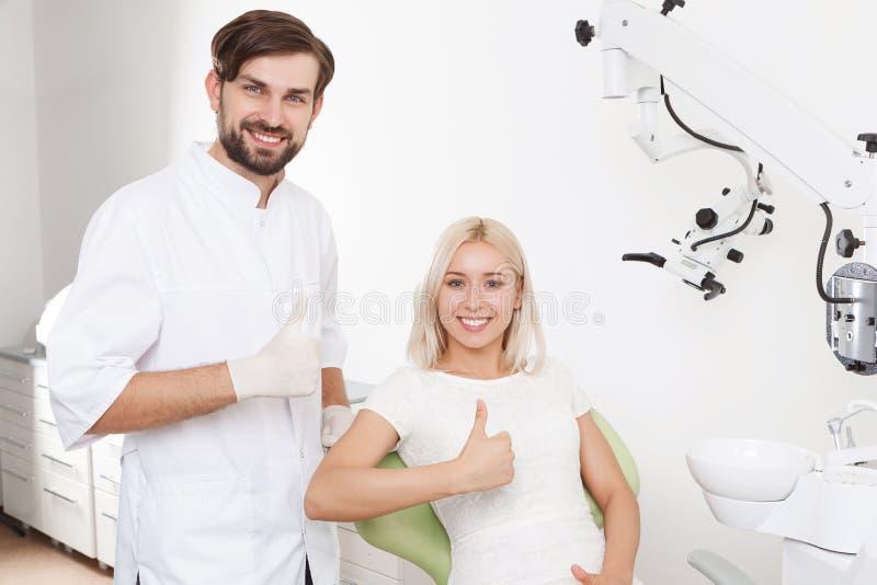 Retrato do dentista e do paciente de sorriso imagens de stock
