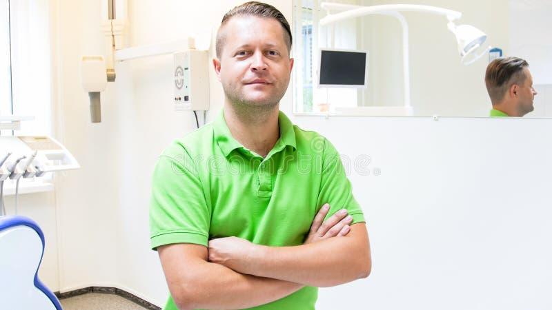 Retrato do dentista masculino que levanta na clínica dental fotografia de stock