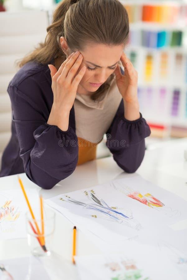 Retrato do desenhador de moda forçado no escritório foto de stock