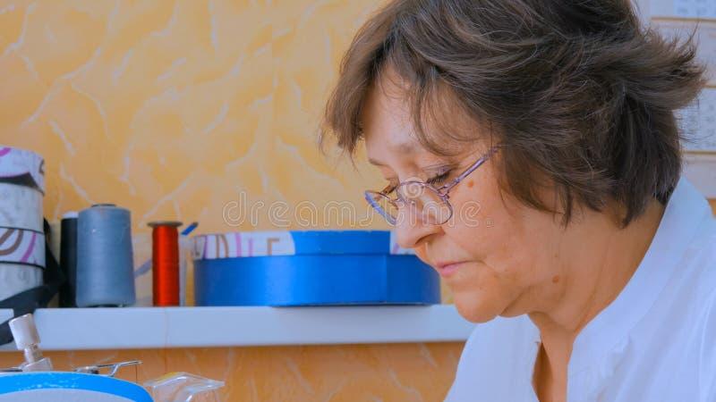 Retrato do desenhista idoso da mulher fotos de stock royalty free