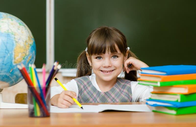 Retrato do desenho bonito da menina no caderno foto de stock