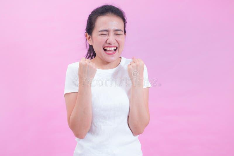 Retrato do desgaste asiático novo bonito do cabelo preto da mulher um t-shirt branco com gritar feliz entusiasmado surpreendido foto de stock