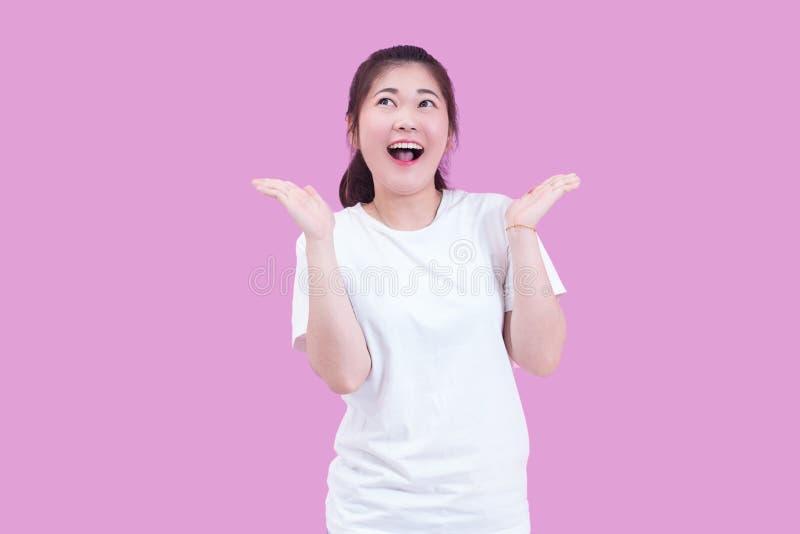 Retrato do desgaste asiático novo bonito do cabelo preto da mulher um t-shirt branco com mão aberta e gritar feliz entusiasmado s imagens de stock